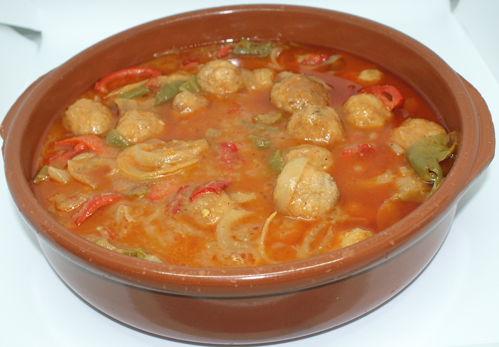 Albóndigas caseras con salsa de verduras y vino blanco